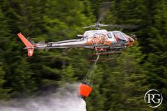 """Lilymarie au bambi !"". Airbus H125 de CMBH, Chamonix, France. (Raphaël Grinevald • Photographe) Tags: alpes chamonix chamonixhelicofr chamonixmontblanchélicoptères haute savoie cmbh h125 as350 as350b3e ecureuil airbushelicopters airbus eurocopter lilymarie pascal brun fhesb france french helico helicopter helicopters bambi bucket firefight firefighting firefighter aerial work élingue levage dz des bois waterbomber"