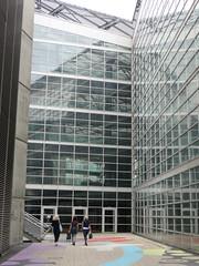 Klaar (Merodema) Tags: women drie vrouwen femmes city stad glas massaal menselijkemaat
