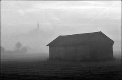 in der ferne (jo.sa.) Tags: landschaft lebensraum schwarzweiss sw schuppen analog analogefotografie bw kleinbild
