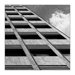 38 [titre 'definitely'] (Armin Fuchs) Tags: arminfuchs lavillelaplusdangereuse würzburg anonymousvisitor thomaslistl wolfiwolf jazzinbaggies diagonal architecture cloud stripes abstract 35mm square