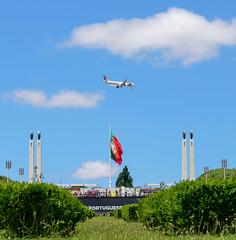 3x  Portugal (jueheu) Tags: parkeduardviii parqueeduardoviii lissabon lisboa portugal purtugues tapairportugal blauerhimmel bluesky wolken clouds fahne nationalfahne park iberischehalbinsel südeuropa europa