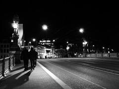 Blaue Brücke (four-hearts) Tags: amsterdam blauebrücke blaubrücke brücke menschen schatten schwarzweis architektur blauwbrug nacht fusgänger amstel