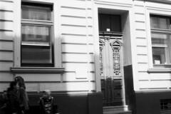 Stadt (tiltdesign2016) Tags: leicam2 canon50mmf14leicascrewmountltm analogphotography bw plustekopticfilm7600ise wuppertal ilfordilfosol319 elberfeld stadt street strase