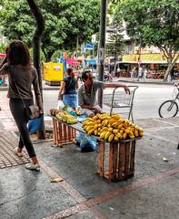 ânimo (lucia yunes) Tags: mercado vendedores vendedoresderua cenaderua fotografiaurbana fotografiaderua fotoderua vendedorambulante streetphotography streetshot luciayunes streetvendor banana mobilephotography mobilephoto motoz3play