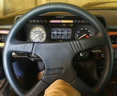 Result: far more elegant (and driveable!) than the wheel it replaced (PimGMX) Tags: jag jaguar stuur stuurwiel lenkrad steeringwheel modification modificatie modifikation momo cuir leer leder leather xjs xj27