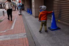Shinjuku, Tokyo 201904 (hobotei) Tags: shinjuku tokyo city urban child kids people streetsnap streetphotography fujifilm x100t 新宿 東京 路上スナップ ストリートスナップ