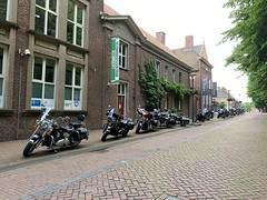 Naar het Gezondheidscentrum? (Snoeziesterre) Tags: klundert brabant motoren harleys gezondheidscentrum dorp vesting nederland