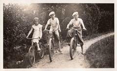 A bicyclette (Cletus Awreetus) Tags: photographie photoancienne vintage vélo bicyclette chemin