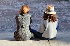Deux filles (just.Luc) Tags: hat hoed chapeau hut girls meisjes filles mädchen people mensen gente gens seated zittend assises france frankrijk frankreich francia frança montpellier hérault occitanie okzitanien
