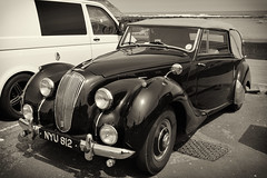 Scarborough / North Yorkshire. Lagonda 2,6 Liter MkI (1951) convertible. (wwwuppertal) Tags: grosbritannien gb greatbritain england uk unitedkingdom vereinigteskönigreich scarborough northyorkshire northbay parkplatz carpark parkinglot oldtimer fahrzeug vehicle classiccar vintagecar cabrio convertible lagonda lagonda26litermki1951 lagonda26litremki1951 klassiker nikond3300 nikonafsdxnikkor18140mm13556gedvr sw schwarzweis bw blackandwhite noiretblanc blancetnoir monochrome monochrom getont toned tonung toning automobil automobile