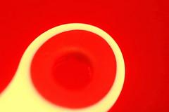 Courbe jaune sur fond rouge (Christian Chene Tahiti) Tags: macro jaune canon rouge bokeh curves tahiti paea plastique 6d macrolens courbe courbes pinceàlinge polynésie courbure macromondays cercle