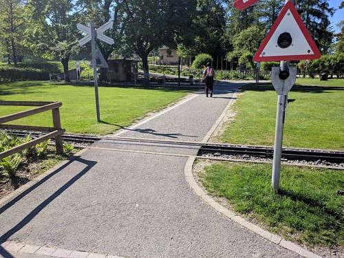 Garden gauge level crossing