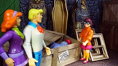 """""""Legend has it that it comes to life when there is a full moon."""" (custombase) Tags: scoobydoo figures freddy fred jones daphne blake velma dinkley theblackknight museum diorama toyphotography"""
