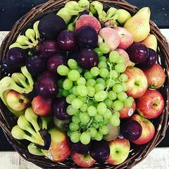 """Unser Obstkorb diese Woche mit Apfel """"Braeburn"""", Birne """"Packhams"""", gelben Premium Bananen """"Cavendish"""", rote Pflaume, Nektarine, Paraguayos, Kiwi & helle kernlose Weintraube """"Early Sweet"""". Auf Wunsch mit Gemüse mit Tomate """"Cherrytomaten"""", Möhre (gewaschen) (MyFreshFarmDE) Tags: instagram anappleaday healthylifestyle healthy gesund gesundessen regional lieferservice büro obstkorb fitfood foodblogger freshstart vitamine instafood hamburg obst gemüse veggie obstliebe ernährung gesundleben nurdasbeste fitness qualität photooftheday fresh fruitsnack dailymotivation gesundundlecker frischegarantie"""