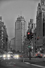 (153/19) Primeras luces (Pablo Arias) Tags: pabloarias photoshop ps capturanxd photomatix españa nubes cielo arquitectura calle coches luces bndesaturadoselectivo semáforos madrid