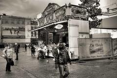 Les passants (Jean-Marie Lison) Tags: x100t bruxelles placedelamonnaie baraqueàfrites noiretblanc nb monochrome hdr