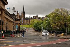 Edinburgh / White taxi / The Mound (Pantchoa) Tags: édimbourg ecosse royaumeuni capitale ville themound rue nuages taxi taxiblanc pluie theroyalscottishacademy newcollegetheuniversityofedinburgh princesst arbres personnes photoderue