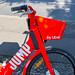 Nahaufnahme eines elektrischen Miet-Fahrrads Jump in Berlin als umweltfreundliche Alternative zum Stadtverkehr, bereitgestellt von Uber