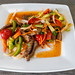 Thai Mittagessen mit Rindfleischstreifen, Paprika rot/grün, Gurke, Zwiebel, Karotten, Chili, Zitronensaft, Selleriekraut, Tomaten und Fischsauce