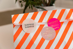 Überraschungstüte als liebevolles Geburtstagsgeschenk in einer weiß-orange-gestreiften Papiertüte mit drei runden Aufklebern (verchmarco) Tags: noperson keineperson graphicdesign grafikdesign stripe streifen business geschäft paper papier retro christmas weihnachten shopping einkaufen love liebe disjunct disjunkt internet isolated isoliert danger achtung wallpaper tapete facts fakten surprise überraschung interiordesign innenarchitektur creativity kreativität romance romantik contemporary zeitgemäs2019 2020 2021 2022 2023 2024 2025 2026 2027 2028 2029 2030 historic feet interior coth5 decoration colours spain restaurant eos village
