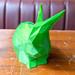 Grünes Häschen als 3D-Druck, auf einem alten Holztisch