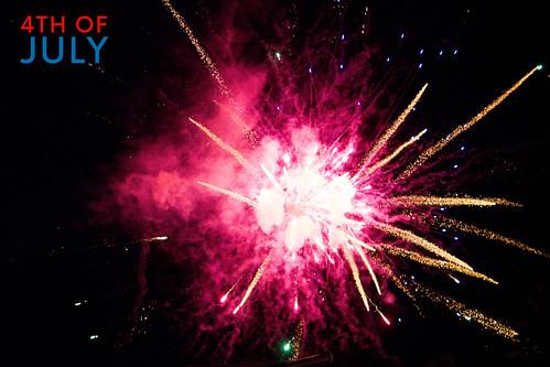 """Rotes Feuerwerk im dunklen Nachthimmel, neben dem Datum des amerikanischen Unabhängigkeitstag """"4th of July"""""""