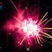 Rotes Feuerwerk im dunklen Nachthimmel, neben dem Datum des amerikanischen Unabhängigkeitstag