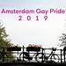 Fahrräder und Blumenkästen am Brückengelände unter dem Bildtext Amsterdam Gay Pride 2019