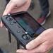 Männerhand hält die Fernsteuerung DJI Mavic 2 Smart Controller mit großem Display