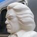 Weiße Beethoven-Statue passend zum Beethoven-Jahr 2020, vor einem alten Campingvan