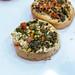Nahaufnahme von vegetarischen Mini-Bruschette mit Feta-Käse, Spinat und Tomatenwürfel auf dem BarCamp in Bonn