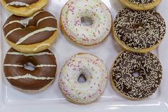 Flatlay zeigt drei verschiedene Donuts, mit Schokolade, bunten Streuseln und Zuckerglasur, auf einem weißen Tablett (verchmarco) Tags: bcko19 bcbn19 koblenz basecamp hostel bcbn20 barcamp bcko20 bonn doughnut krapfen noperson keineperson sugar zucker delicious köstlich chocolate schokolade food lebensmittel sprinkles sträusel kind nett roundout runden sweet süss candy süsigkeiten baking backen unhealthy ungesund breakfast frühstück tea tee traditional traditionell indulgence genuss cake kuchen refreshment erfrischung cookie kekse2019 2020 2021 2022 2023 2024 2025 2026 2027 2028 2029 2030 dusk owl kodak mono camera truck pier shop outside spain