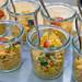 Vegetarisches Couscous-Salat mit Tomaten, Mais, roten Zwiebeln und Keimen in Gläschen auf dem BarCamp Bonn