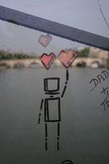 Malerei an der Pont des Arts (Sascha Klauer) Tags: art bridge brücke france frankreich herzen ilce7 kunst liebe malerei männchen paris pontdesarts pontneuf rain raindrop regen regentropfen seine sonya7 sonyalpha7 sonyilce7 tropfen unschärfe