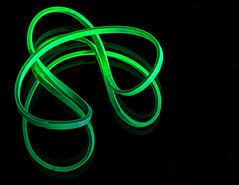 Lost in Time and Space (Silke Klimesch) Tags: macromonday curves hmm macro rubberband elasicband elastic gumband lackyband green scifi space stars dust dustparticles startrek gummiband schnipsgummi grün weltall gomaelástica verde universo èlastique vert cosmos elástico elastiekje gumkarecepturka kuminauha λαστιχάκι канцелярскаярезинка 橡皮筋 輪ゴム 고무줄 olympus omd em5markii luminar3 microfourthirds makrofotografie makro spiegelung reflection mirror makemesmile