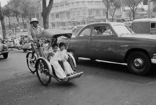 Saigon Street 1962 - Đường Lê Lợi, nhìn về ngã tư Lê Lợi-Pasteur (khu vực nước mía Viễn Đông)