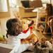 Kleines Mädchen spielt mit Stofftieren