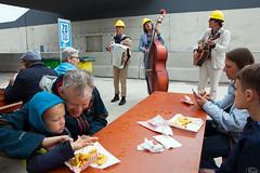 Frietje eten en luisteren naar live muziek (Rotterdamsebaan) Tags: vlietzoom denhaag infra infrastructuur bouwen techniek rotterdamsebaan dagvandebouw tunnel