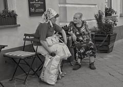 Chat (Rien van Voorst) Tags: streetphotography fotografiadistrada straatfotografie ukraine ukraïn kiev conversation gespräch gesprek