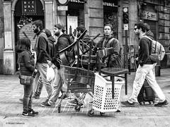 2773  Escena callejera (Ricard Gabarrús) Tags: callejeando street escenacallejera blancoynegro gente muebles personas transporte ricardgabarrus olympus ricgaba