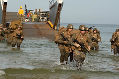 U.S. Marines march to the beach from a landing craft utility in support of exercise Baltic Operations 2019. (Official U.S. Navy Imagery) Tags: infanteríademarina armadaespañola spanishnavy valientesportierraypormar spanishmarines terciodearmada sanfernando wearenato readyforces 47yearsstrong balticoperations baltops baltops2019 lcc20 mountwhitney nato navy sailors useucom usn usnavyeurope ussmountwhitney c2f snmg1 commanderunitedkingdommaritimeforces navalforceseuropeafrica germany navalbasekieltirpitzhafen ussfortmchenry lsd43 22ndmarineexpeditionaryunit estonia ussfortmchenrylsd43 polishnavy estoniannavy klaipeda lithuania
