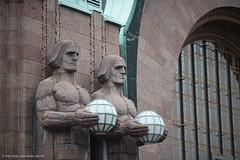 VR Kivimiehet 140619_4136 (PetteriJarvinen) Tags: helsinki vr patsas rautatieasema