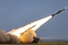 Anglų lietuvių žodynas. Žodis surface-to-air reiškia a žemė-oras (apie raketą ir pan.) lietuviškai.
