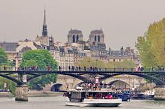 272 - Paris Avril 2019 - le Pont des Arts, la Flêche de la Sainte-Chapelle, Notre-Dame de Paris (paspog) Tags: paris france avril april 2019 pont bridge brücke rivière fleuve fluss seine pontdesarts