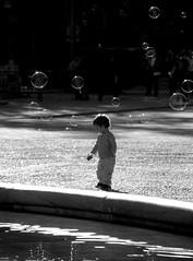 bimbo&bolle (pjarc) Tags: europe europa spagna spain espana piazza plaza siviglia sevilla bimbo baby bolle bubbles momento moment gioia joy foto photo bw black white biancoenero gioco game december dicembre 2018 nikon dx acqua water