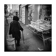 (Oeil de chat) Tags: nb bw monochrome film pellicule argentique 120 mf moyenformat mediumformat carré streetphotography photoderue holga lomography rodinal