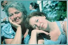Schwestern (kislat.karin) Tags: schwestern sonne licht blau sommer
