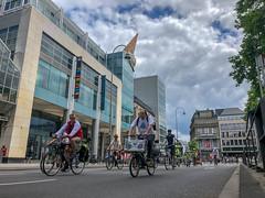 Fahrraddemonstration Critical Mass setzt auf Umwelt und Mobilität und fährt mit Musikanlage als Radverkehr durch die Großstadt