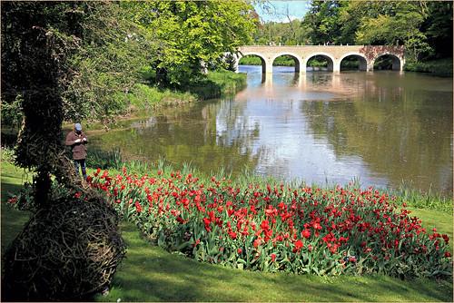Parc et pont à cinq arches menant au Châtelet d'entrée du Château de Grand-Bigard, Dilbeek, Brabant flamand, Belgium