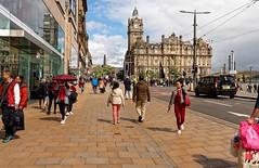Edinburgh / Princes St. / Balmoral Hotel (Pantchoa) Tags: édimbourg ecosse royaumeuni grandebretagne europe rue princesst trottoir personnes immeuble architecture hm nuages ciel promenade tour horloge balmoral hotel balmoralhotel balmoralclock nelsonmonument nationalmonument photoderue